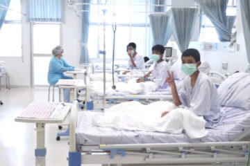 "Photo of Thai soccer boys making ""Victory"" signs from hospital beds"