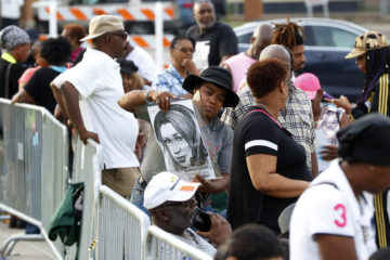 Photo of mourners standing in line to pay their last respects to Aretha Franklin