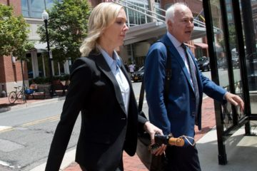 Photo of Paul Manafort's former bookkeeper walking to the courthouse
