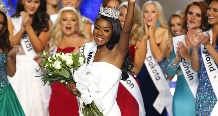 Photo of 2018 Miss America surrounded by other contestants