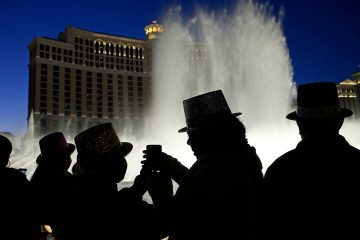 Photo of people watching the fountains at the Bellagio in Las Vegas