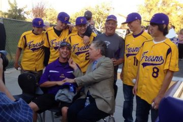 Photo of Tom Seaver with Fresno High coach Stan Papi and his players