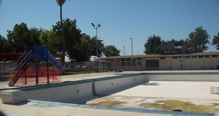 Photo of the old, broken Calwa pool