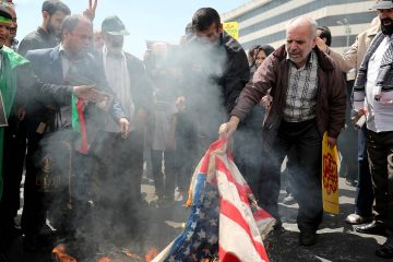 Photo of Iranian worshippers burn a US flag