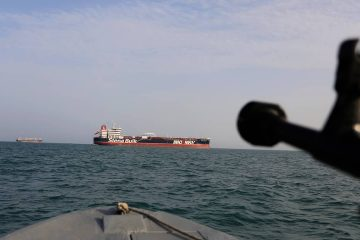 Photo of Iranian Revolutionary Guard pointing weapon at British warship