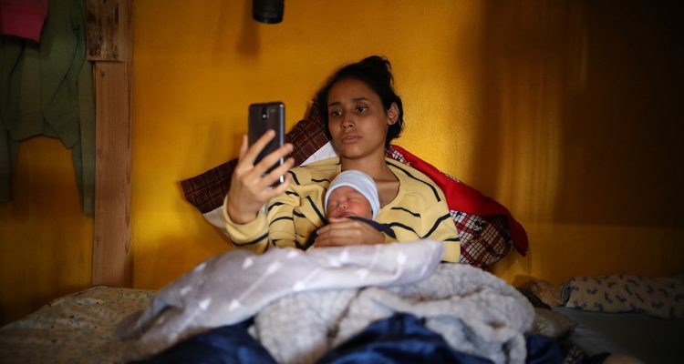 Photo of Salvadoran teen migrant Milagro de Jesus Henriquez Ayala and her newborn baby