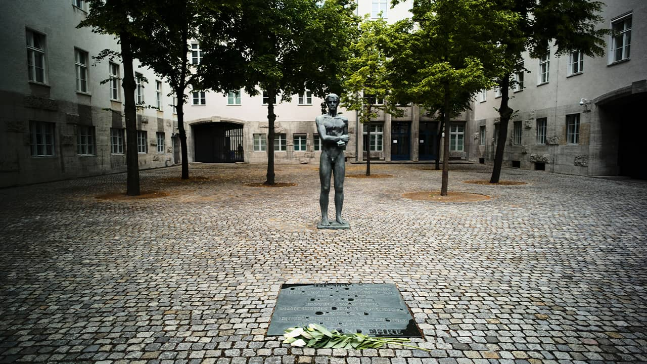 Photo of a sculpture and a remembrance plaque placed in the courtyard of the Bendlerblock building of the German defensive ministry