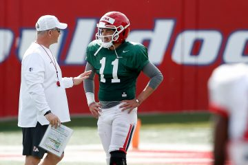 Picture of Fresno State coach Jeff Tedford talking to Bulldogs quarterback Jorge Reyna