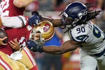 Photo of San Francisco 49ers quarterback Jimmy Garoppolo avoiding getting sacked