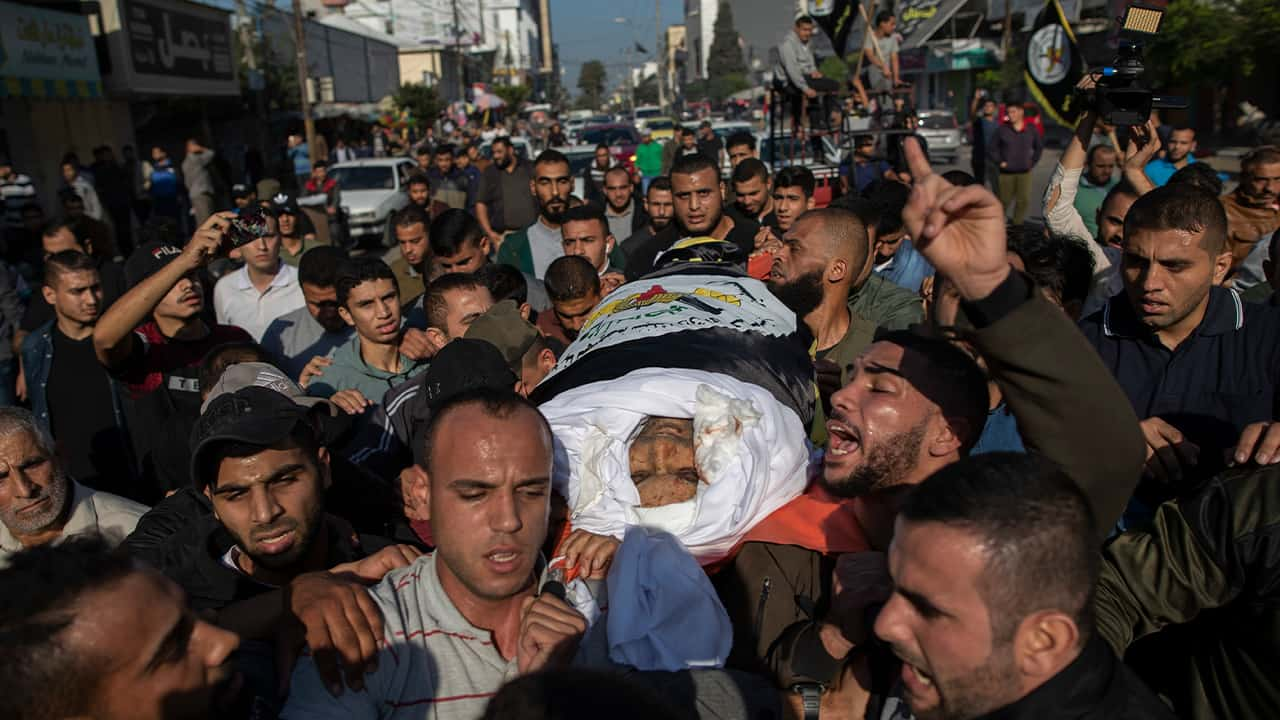 Photo of Palestinians carrying the body of Islamic Jihad commander