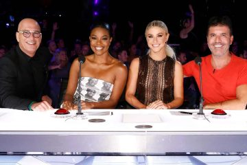 "Photo of Howie Mandel, Gabrielle Union, Julianne Hough, Simon Cowell on the set of ""America's Got Talent"""