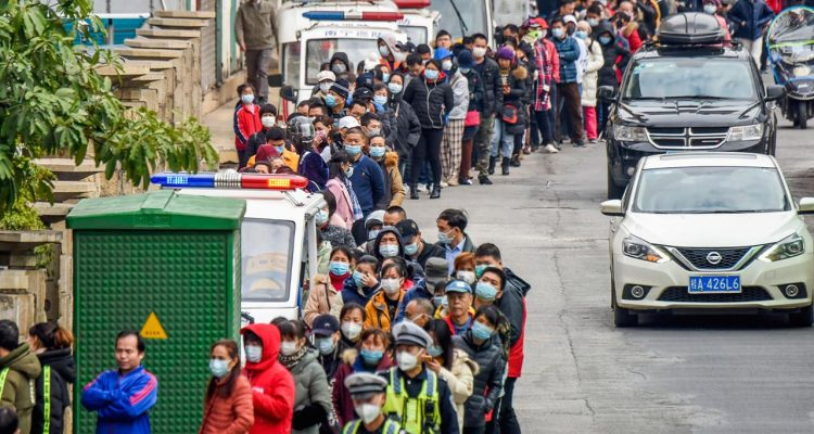 Photo of people lining up to buy face masks in Nanning