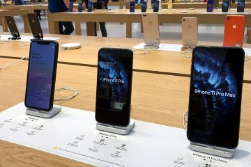 Photo of iPhones on display