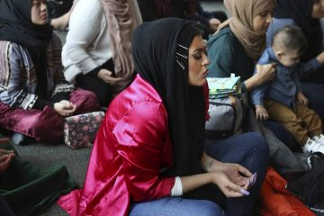 Photo of Amani Al-Khatahtbeh praying