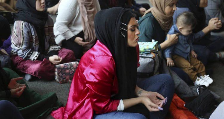 Photo of Amani Al-Khatahtbeh praying