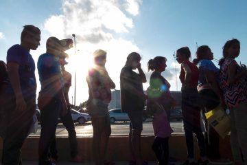 Photo of asylum seekers waiting in line