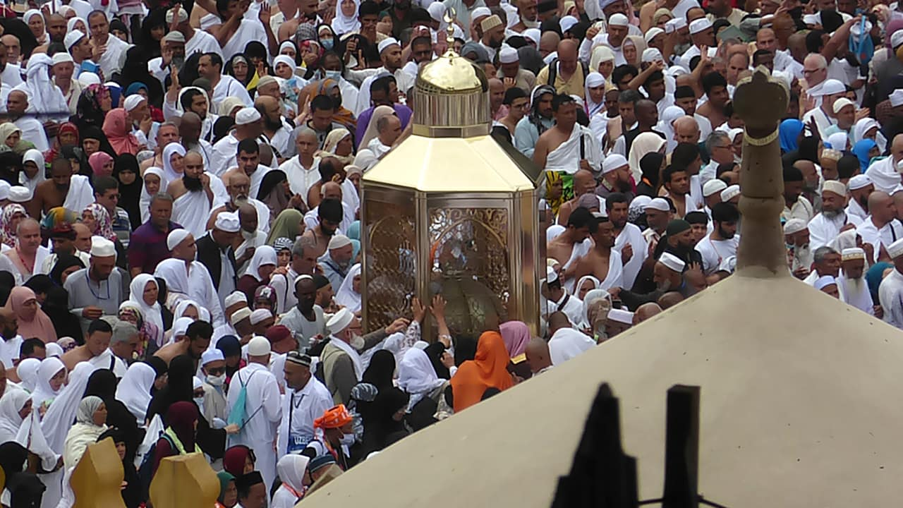 Photo of Muslim pilgrams praying near Maqam Ibrahim