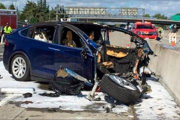 Photo of a Tesla crash in Mountain View, Ca.