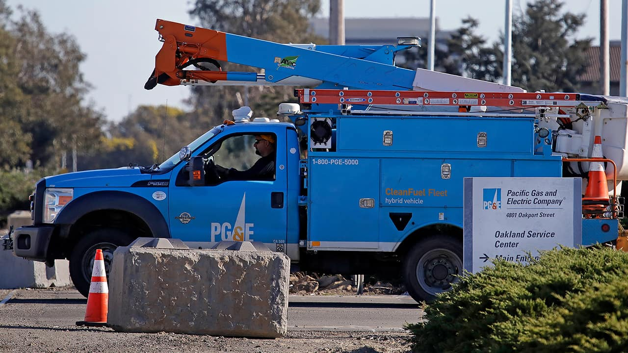 Photo of a PG&E truck in Oakland