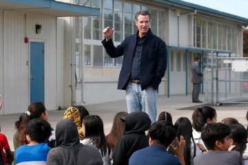 Photo of Gov. Gavin Newsom talking to students