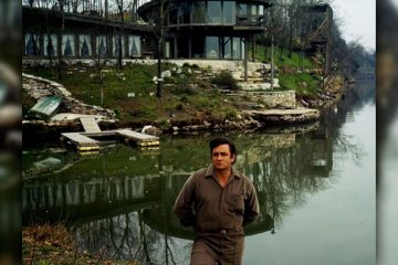 Photo of Johnny Cash in front of his Hendersonville home in 1969