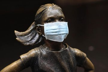 "Photo of the ""Fearless Girl"" with a mask"