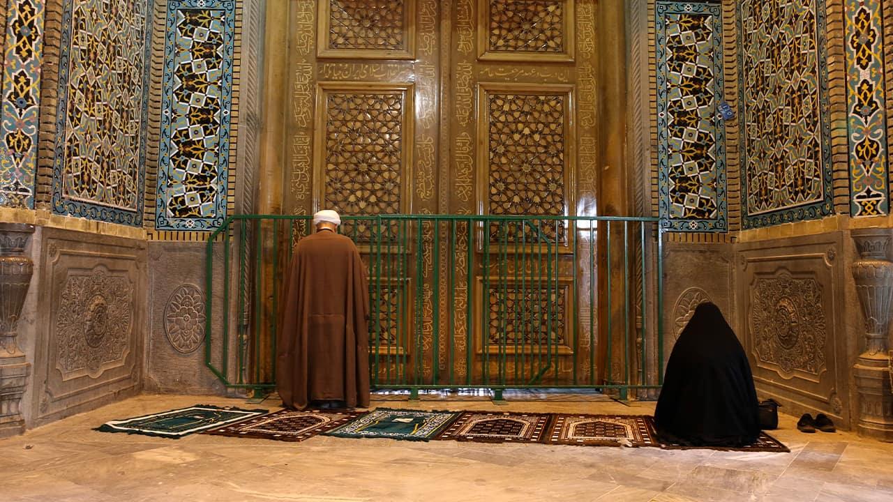 Photo of people praying in Qom