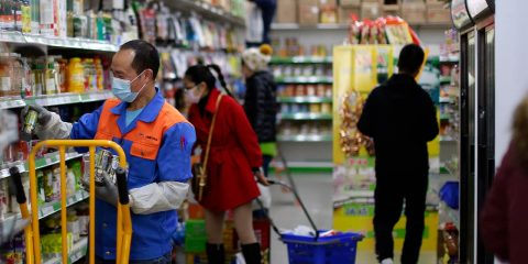 Photo of people inside a supermarket in Spain