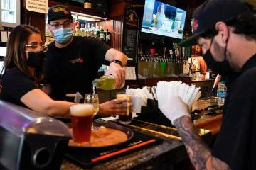 Photo of restaurant workers wearing masks