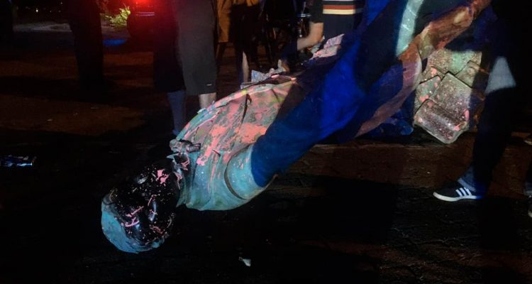 Photo of a toppled Jefferson Davis statue