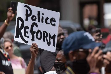 Picture of protesters demanding police reform